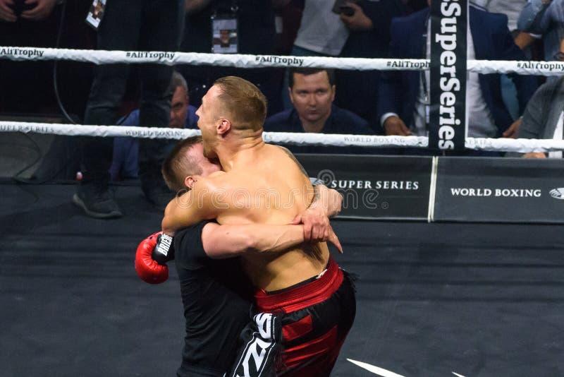 Mairis Briedis feiert Gewinn über Krzysztof G?owacki mit knockout Knock out, lizenzfreie stockbilder