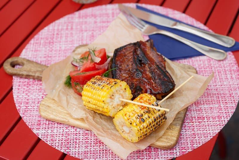 Mais arrostito e costole di carne di maiale affumicate fotografia stock