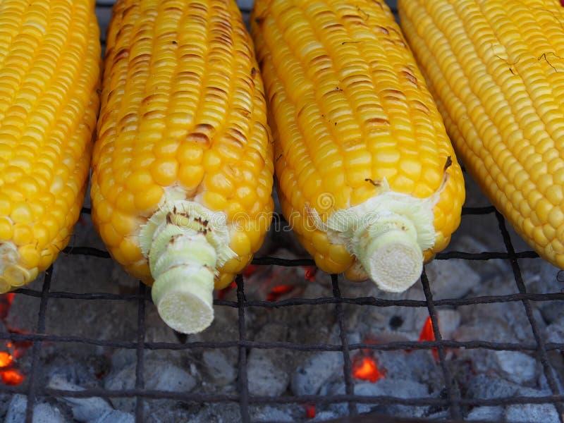 Mais auf dem heißen Ofen stockbilder