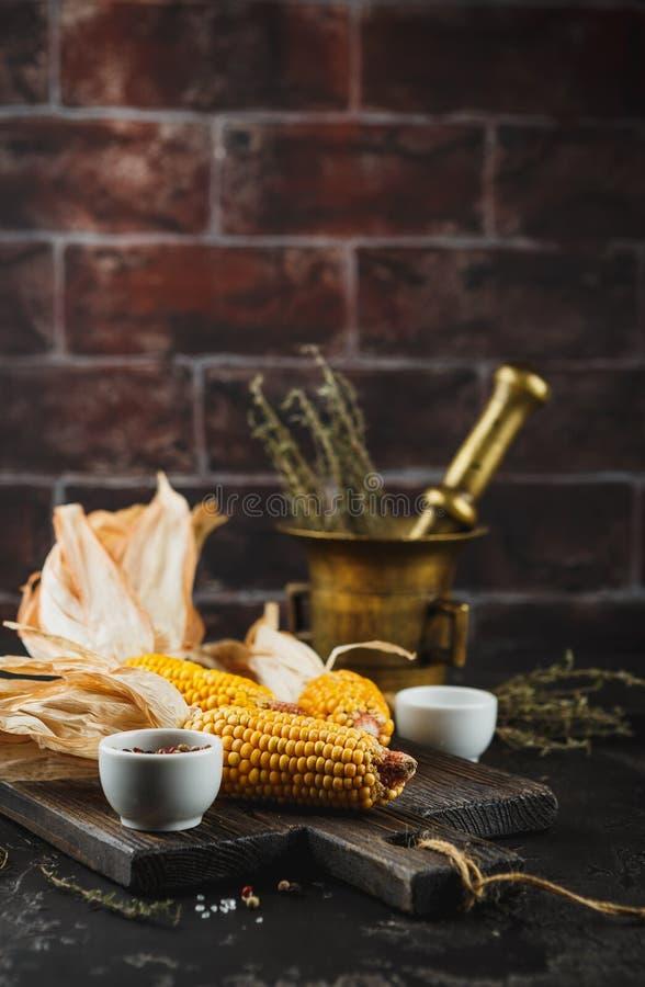Mais auf Pfeilern stockfotos