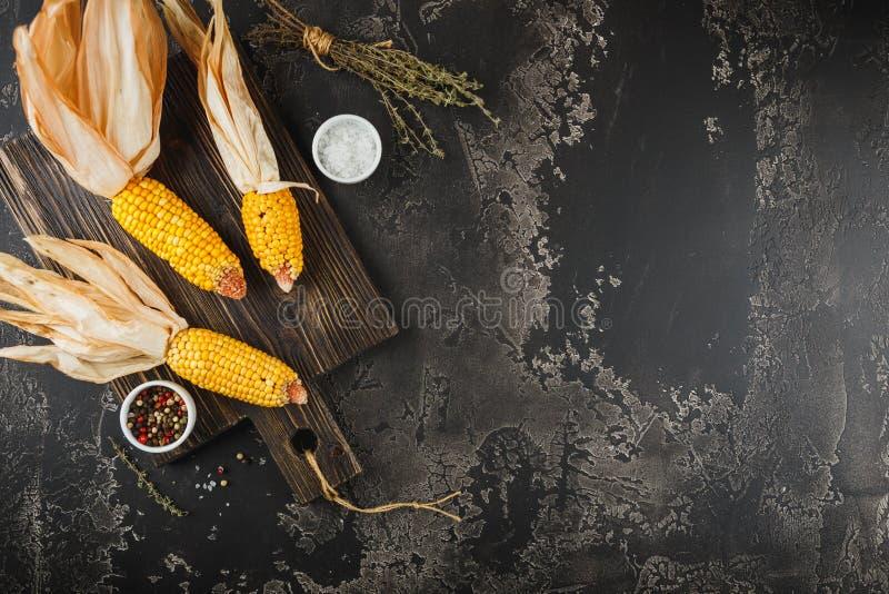 Mais auf Pfeilern lizenzfreie stockbilder