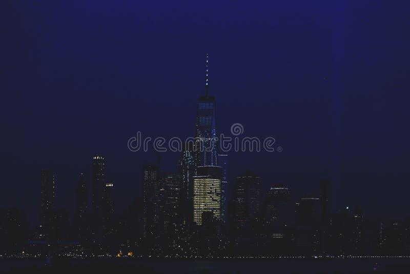 mais baixa skyline de Manhattan na noite vista de Hoboken, Yersey novo com tributo na luz na relembrança dos ataques do 11 de set fotos de stock royalty free