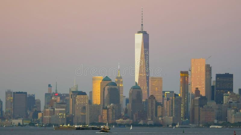 Mais baixa skyline de manhatten no crepúsculo no nyc fotos de stock
