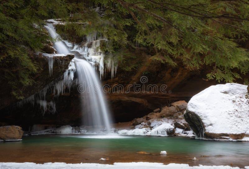 Mais baixas quedas em montes de Hocking na caverna do ancião fotos de stock royalty free
