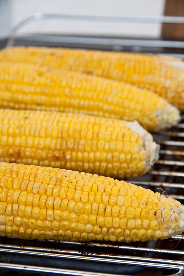 Mais, der auf den Grill legt lizenzfreies stockfoto