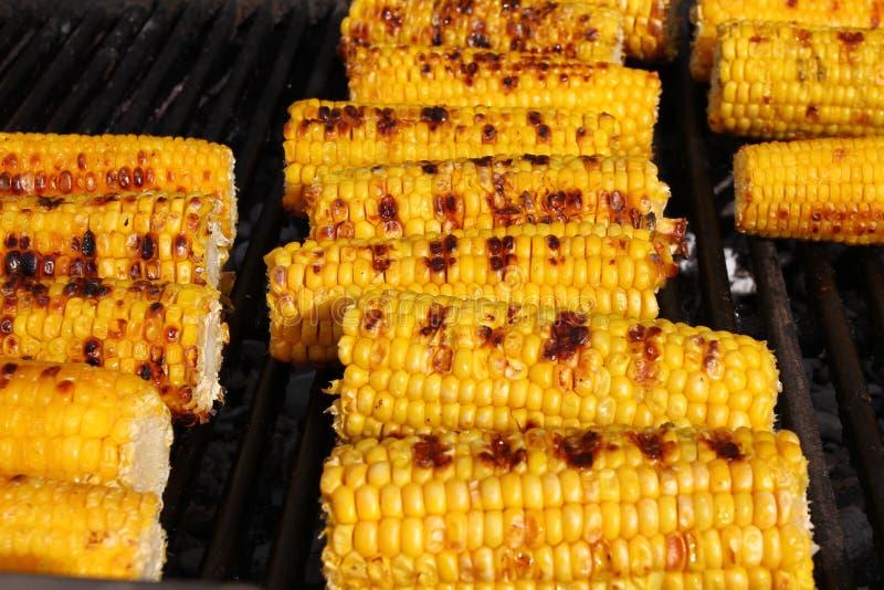 Mais Frische organische Maiskolben, die auf einem Grill grillen Gegrillte Körner Gelbe gebackene Maiskolben Gegrillte Maishinterg stockbild