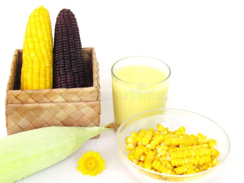 Mais, gelbes Maisblutgeschwür und gekochter purpurroter Mais in einer Kastenwebart, wie Wasser, Milch und Produkten gemacht vom M lizenzfreie stockbilder