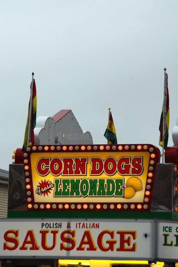 Mais-Hunde und Limonade lizenzfreie stockfotos