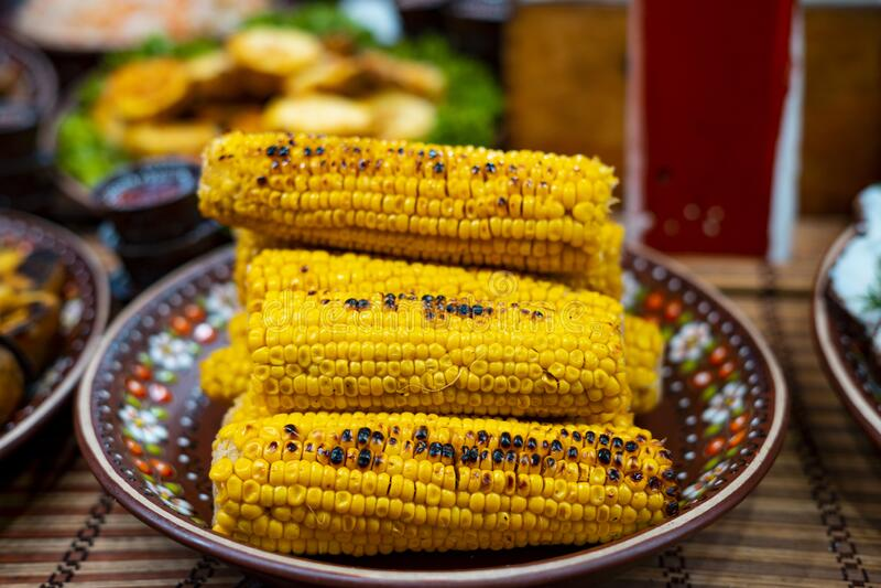 Mais op een plaat gegrild Street Food Festival royalty-vrije stock afbeeldingen