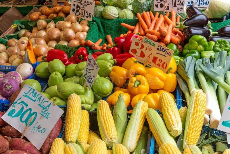 Mais, peperoni ed altre verdure da vendere immagini stock