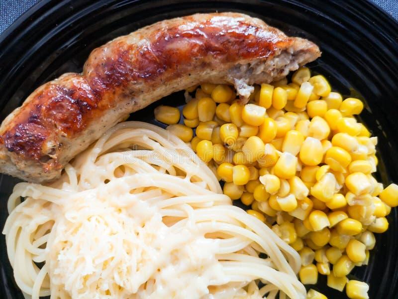Mais-und Wurst-Teigwaren Teigwaren mit W?rsten Kreative Lebensmittelkunstidee f?r Draufsicht der Kindermahlzeit lizenzfreies stockbild