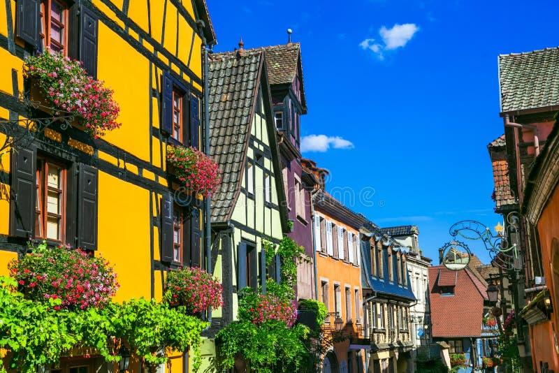 Maison à colombage colorée traditionnelle en Alsace Village de Riquewihr, France photo stock