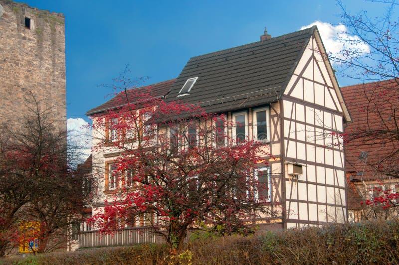Maison à colombage près de vieux mur de château images stock