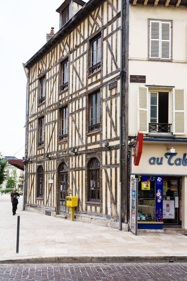 Maison à colombage sur la rue Quai de Dampierre images stock
