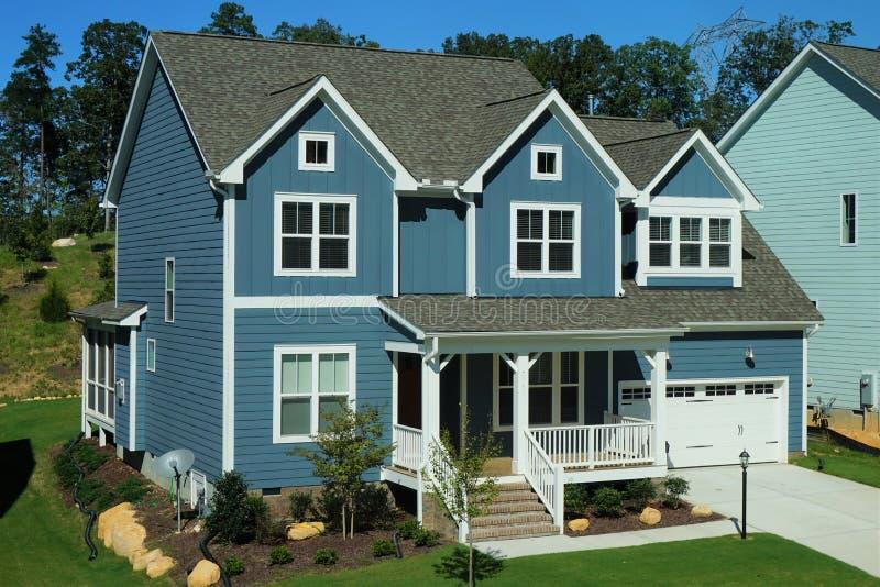 Maison à deux étages, bleue, suburbaine dans un voisinage en Caroline du Nord photos stock