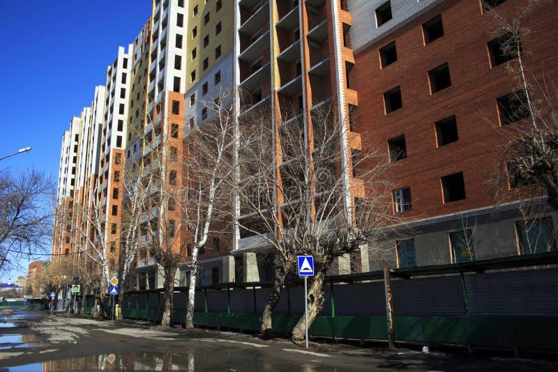 Maison à plusiers étages en construction de brique rouge images stock