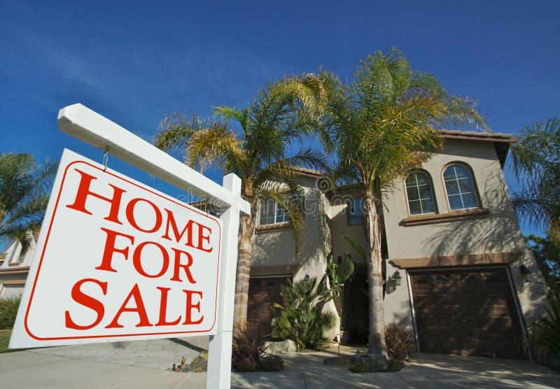 Maison à vendre le signe et la maison image stock