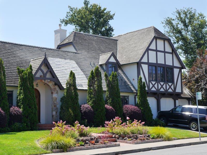 Maison élégante de Victorian de type de Tudor images libres de droits
