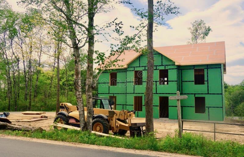 Maison étant construction établie de menuiserie photo libre de droits