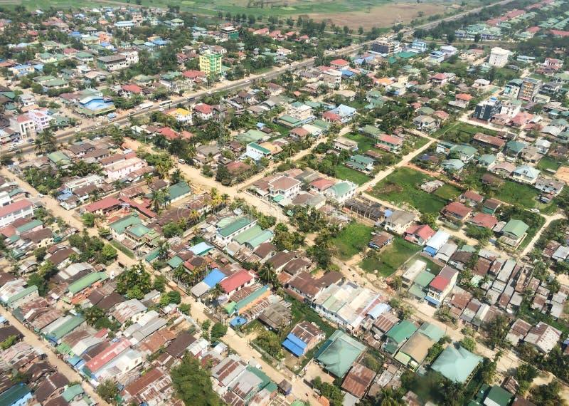 Maison aérienne de ville de Myanmar de paysage de vue supérieure dans le secteur se développant de campagne photos stock