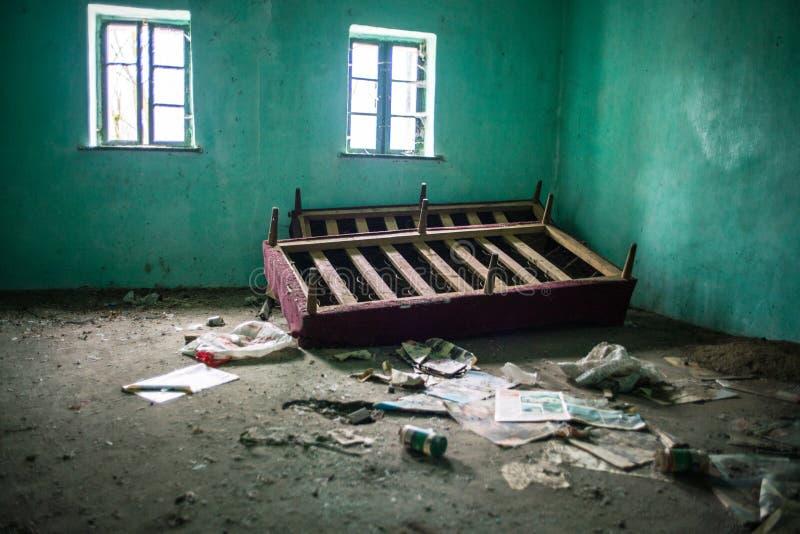 Maison abandonnée - amélioration de l'habitat requise photographie stock libre de droits