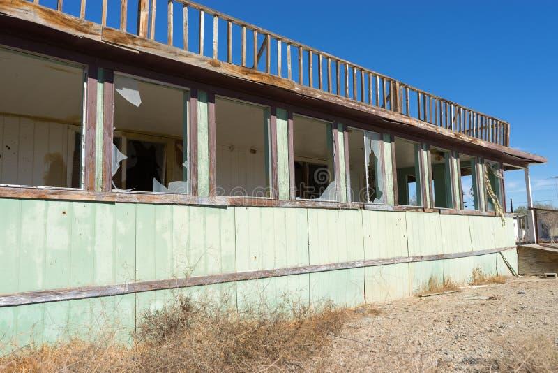 Maison abandonnée avec les fenêtres cassées en plage la Californie de Bombay photos libres de droits