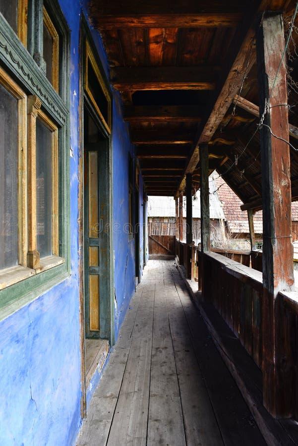 Maison abandonnée avec un porche en bois photos libres de droits
