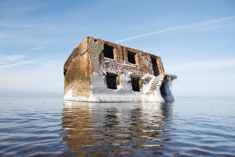 Maison abandonnée dans l'eau photos stock