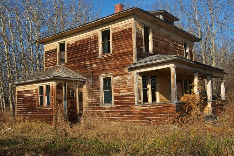 Maison abandonnée dans la chute image libre de droits