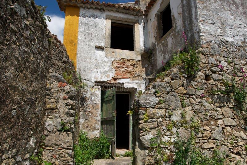 Maison abandonnée dans la vieille ville d'Obidos image libre de droits
