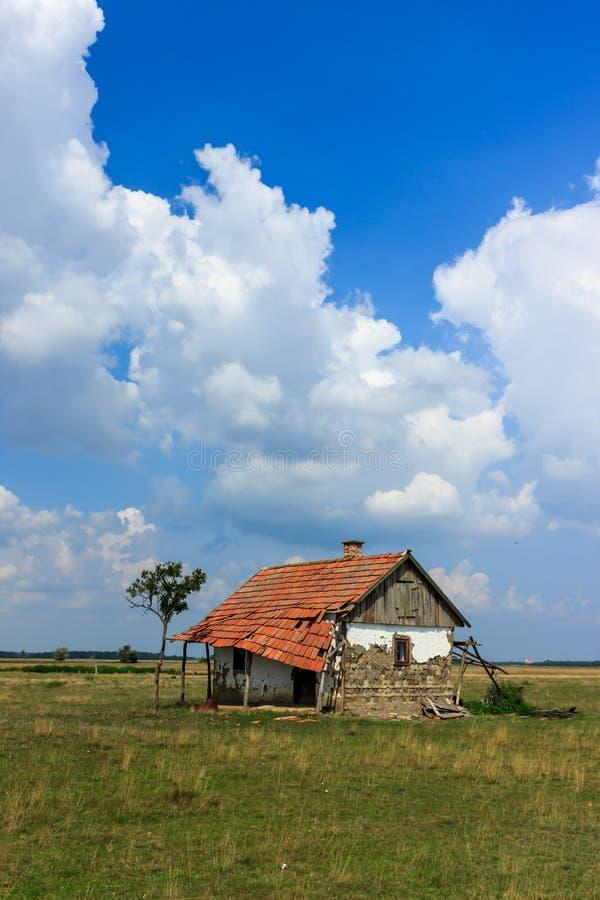 Maison abandonnée dans le désert hongrois photographie stock libre de droits