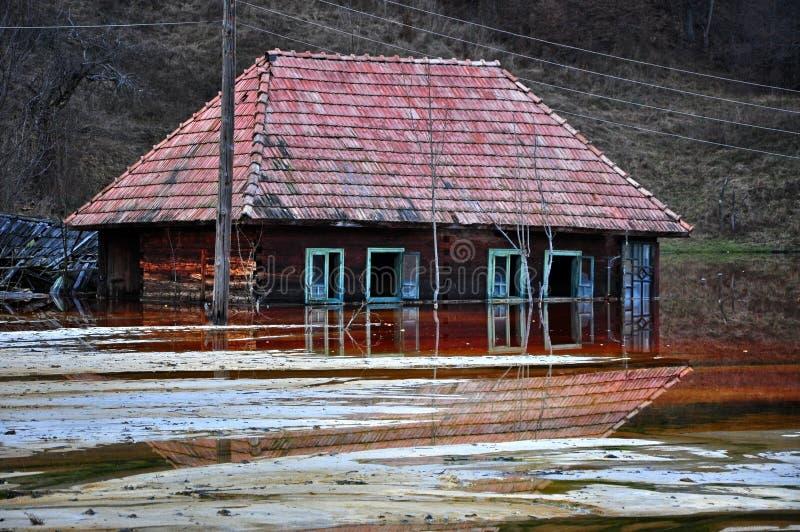 Maison abandonnée dans un lac toxique photo stock