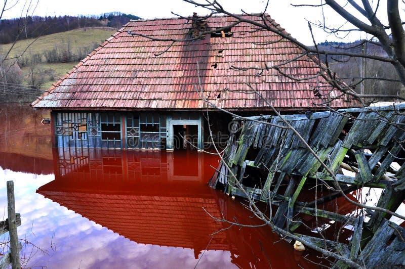 Maison abandonnée dans un lac toxique images stock