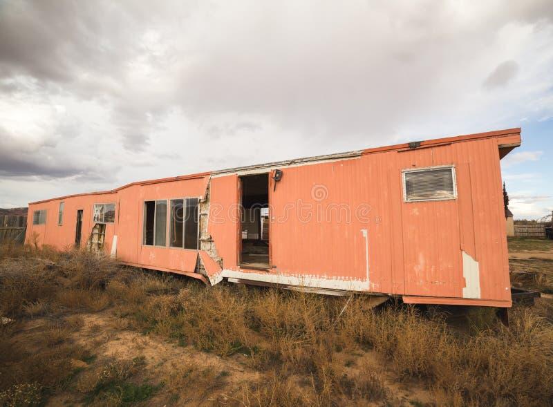 Maison abandonnée de remorque en Arizona image libre de droits