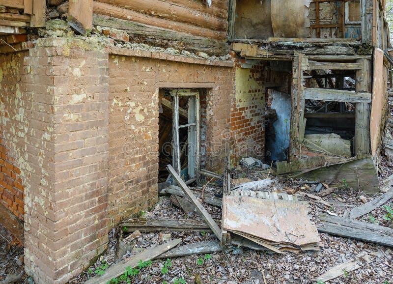 Maison abandonnée de ruine, architecture en bois, débris, épave de logement images libres de droits