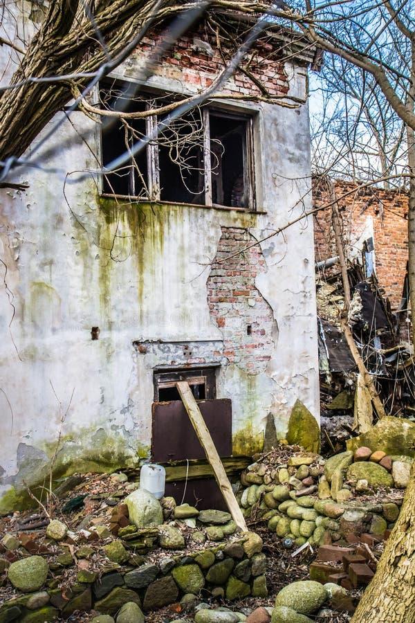 Maison abandonnée environ à s'effondrer photographie stock