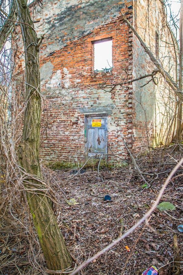 Maison abandonnée environ à s'effondrer photo libre de droits