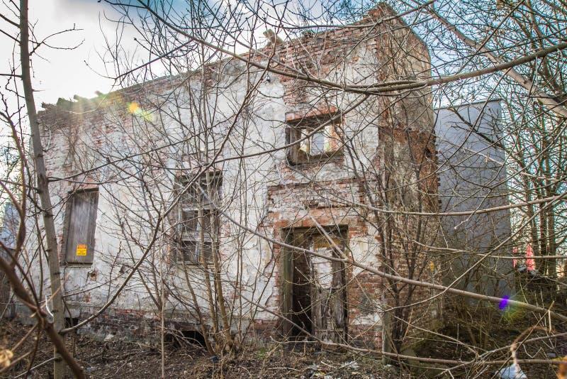 Maison abandonnée environ à s'effondrer image stock