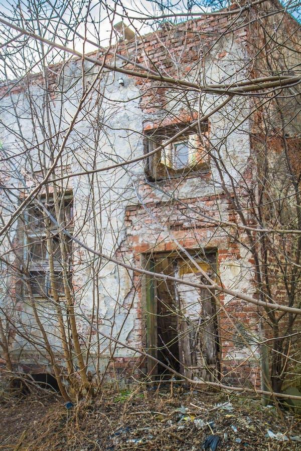 Maison abandonnée environ à s'effondrer photos stock