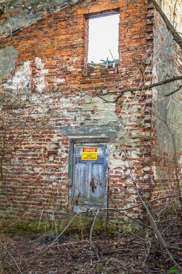Maison abandonnée environ à s'effondrer images stock