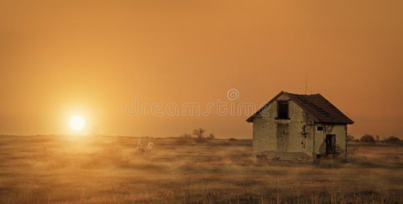 Maison abandonnée sur le champ photos libres de droits