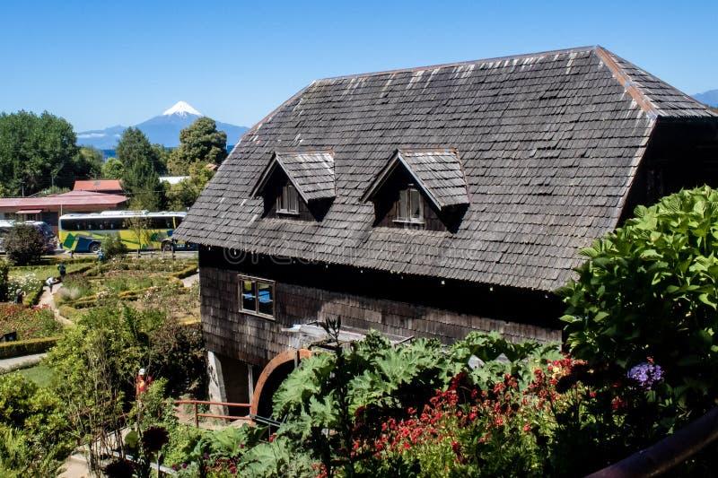 Maison allemande de style avec le volcan d'Osorno à l'arrière-plan photo stock