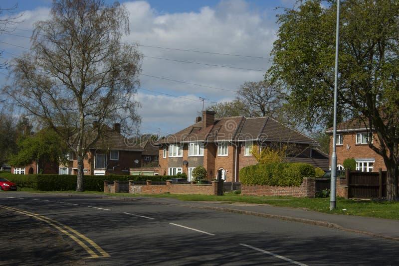 Maison anglaise traditionnelle et tipycal Maison de pierre de brique Vue de rue Le printemps… a monté des feuilles, fond naturel image libre de droits