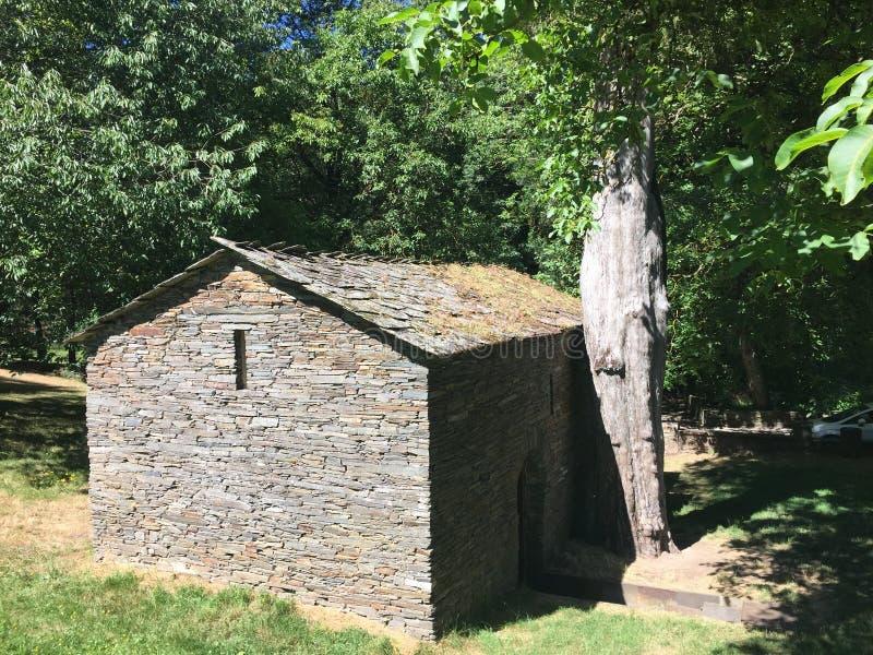 Maison antique de pierre de hantise dans les bois, dans la traînée espagnole images stock