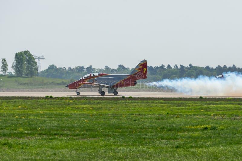 MAISON avancée d'entraîneur de jet C-101 Aviojet par l'équipe acrobatique aérienne Patrulla Aguila Eagle Patrol sur la piste photos libres de droits