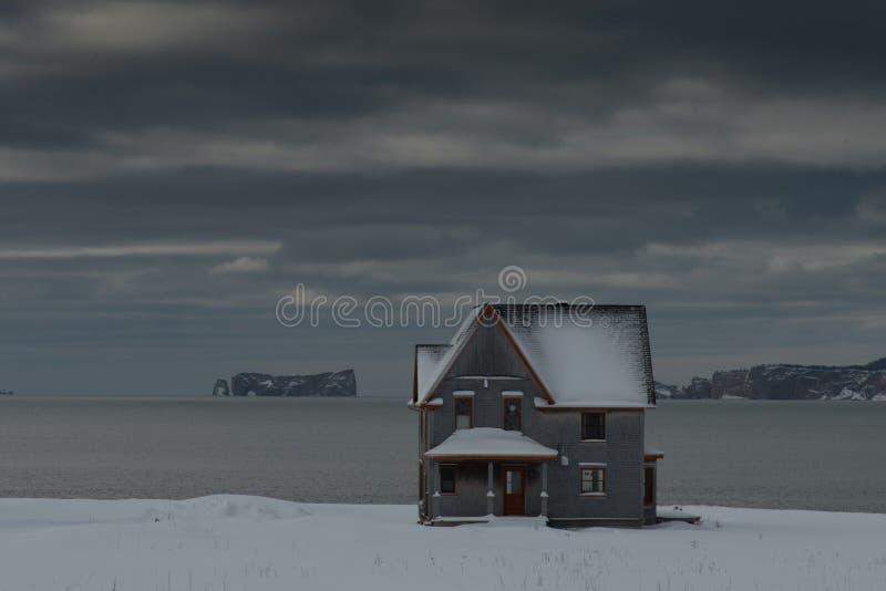 Maison avec du charme avec Perce Rock à l'arrière-plan photos libres de droits