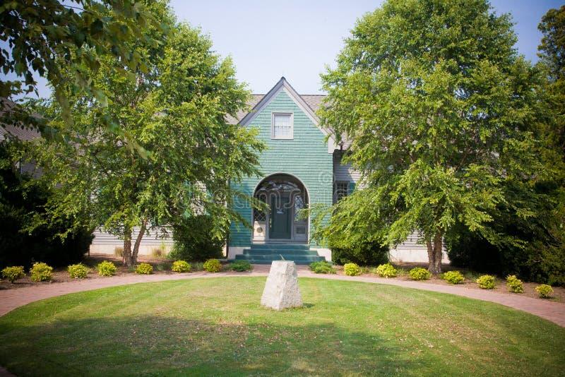 Maison avec le cadran solaire en cour photos stock