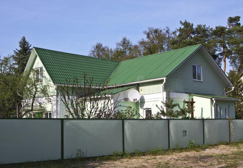 Maison avec le toit vert photographie stock libre de droits