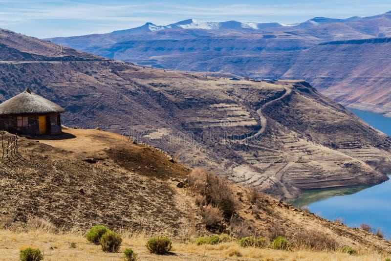 Maison avec une vue au Lesotho image stock