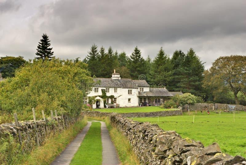 Maison blanche anglaise dans la régfion boisée photos libres de droits